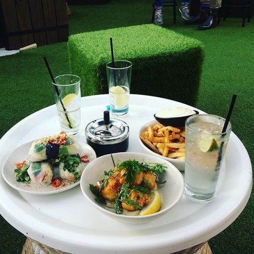 Start your weekend the right way.. with good food and good company in the rooftop bar! 📷: @beckymthompson #food #melbournefood #cornerhotel #melbournebars #melbourneeats