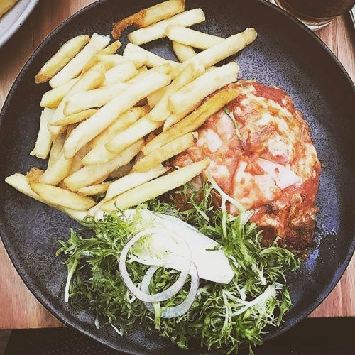 As far as counter meals go, you really can't beat a good ol' fashioned parma. Get in tonight for some cheesy, chickeny goodness courtesy of our kitchen! 📷: @thatdanhill #parma #melbourneeats #cornerhotel