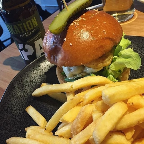 Happy hump day! Reward yourself for getting through the post-public holiday Tuesday with a burger and beer. You deserve it. 📷: @mcscarebear . . . . . #cornerhotel #melbourne #melbournefood #melbournebars #burgers #beer #chips