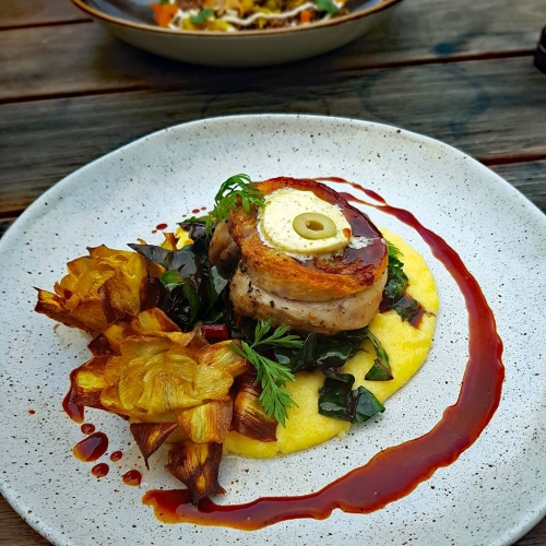Warm yourself up this winter solstice with our slow roasted porchetta and creamy polenta! Wash it all down with some of our special spiced mulled wine and say sayonara to this midseason chill. 👌🔥 . . . . #winter #food #melbournefood #melbourne #yum #cornerhotel #melbourne