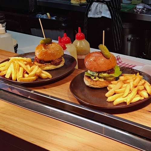 Hump day calls for one thing and one thing only, burgers and bevs at the pub. One for you, one for us, right?🍔👌