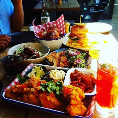 Solid spread to kick-start your Saturday night with! Who's coming over for dinner? 📷: @sopheesay
