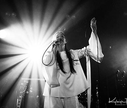 #TBT Lisa Mitchell back in 2016! Stunning photo, stunning performance. 📷: @songbirdphoto