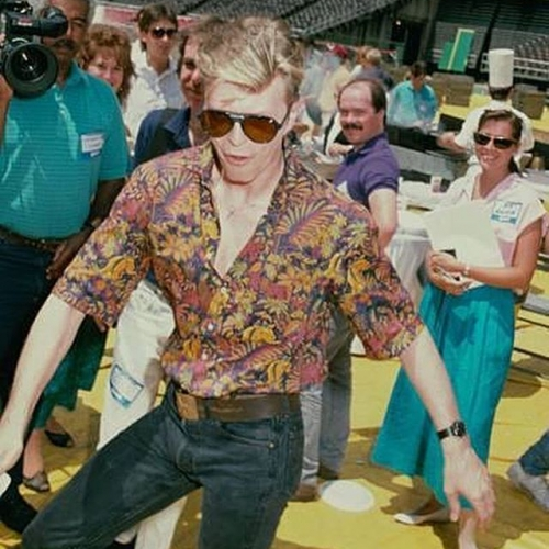 Dancing into Friday night like.. 💃 #bowie